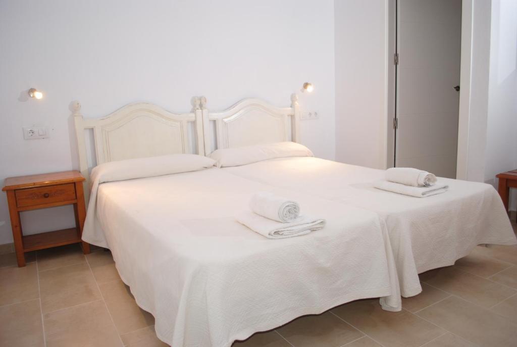 Uma cama ou camas num quarto em Hostal Paris Ciutadella