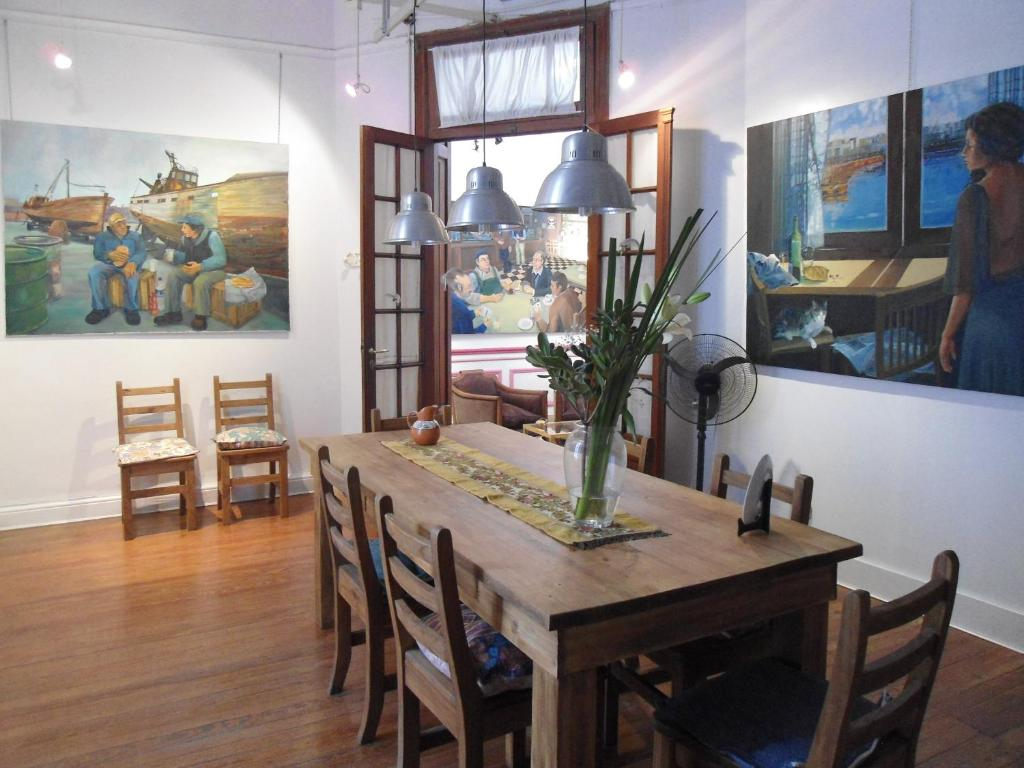 A restaurant or other place to eat at Tango Cozy Home