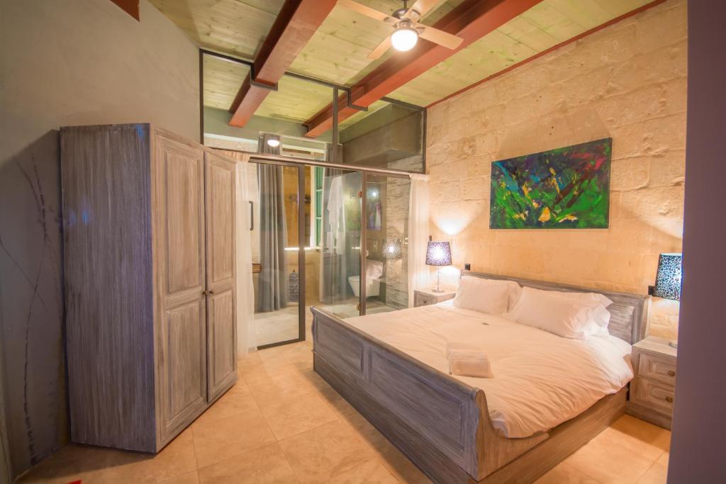 Un pat sau paturi într-o cameră la The Vincent