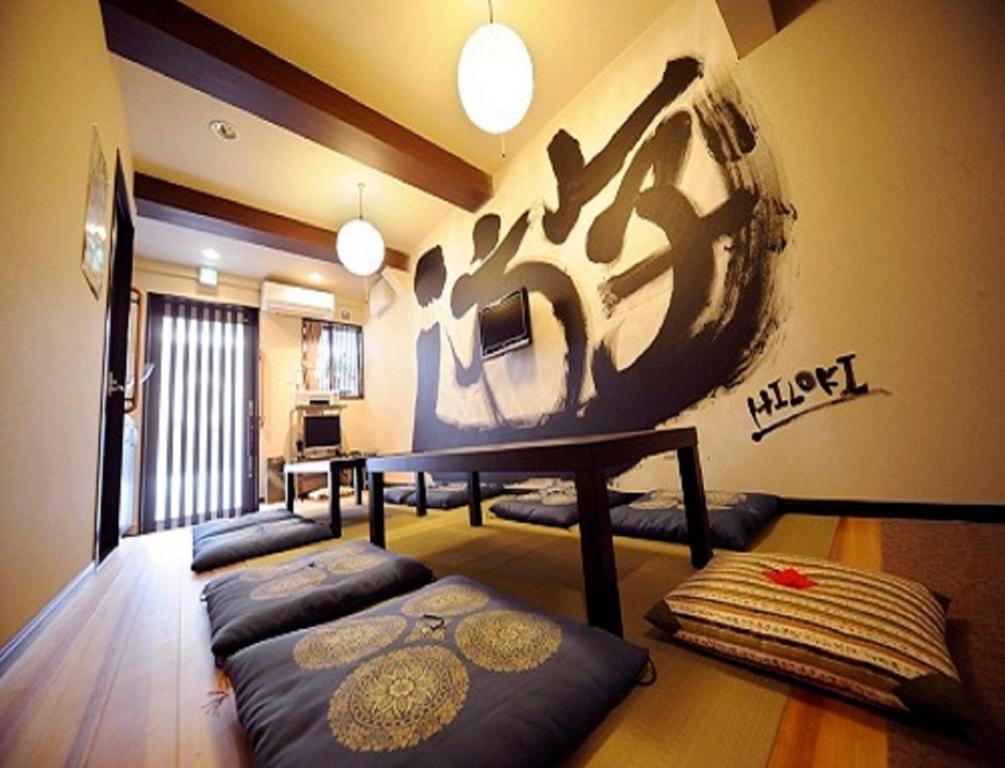 Tempat tidur dalam kamar di Kyoto Guest House Hannari