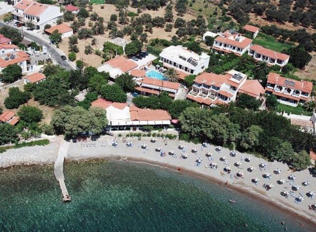 Een luchtfoto van Votsalakia Beach