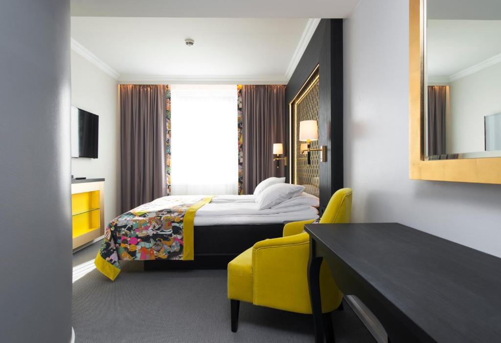 سرير أو أسرّة في غرفة في فندق ثون روزينكرانتز أوسلو