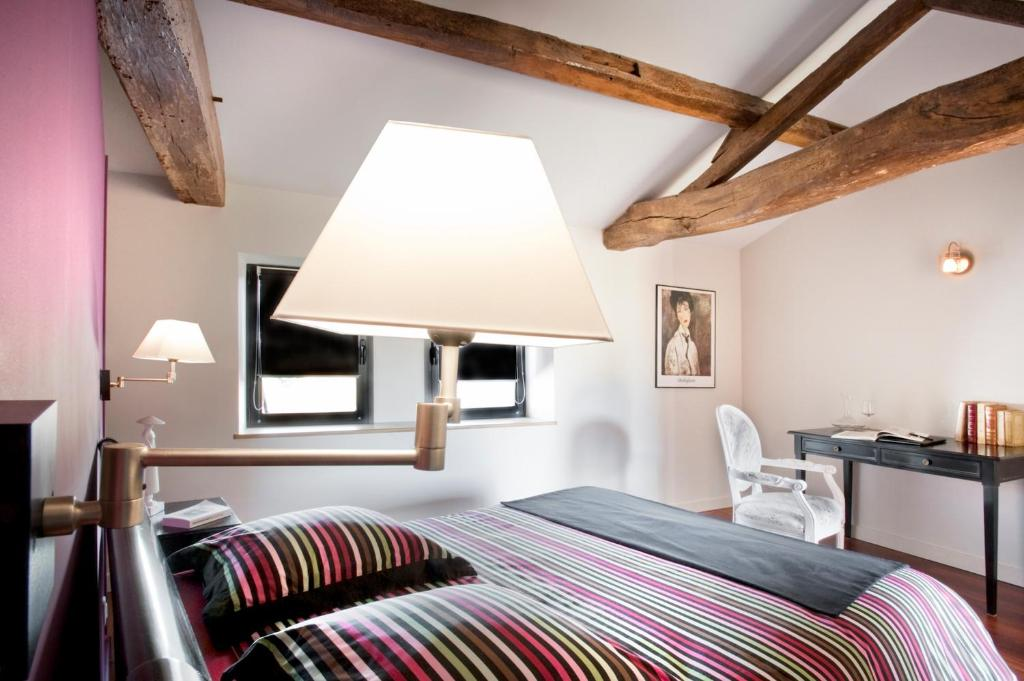 A bed or beds in a room at La Villa des Forges
