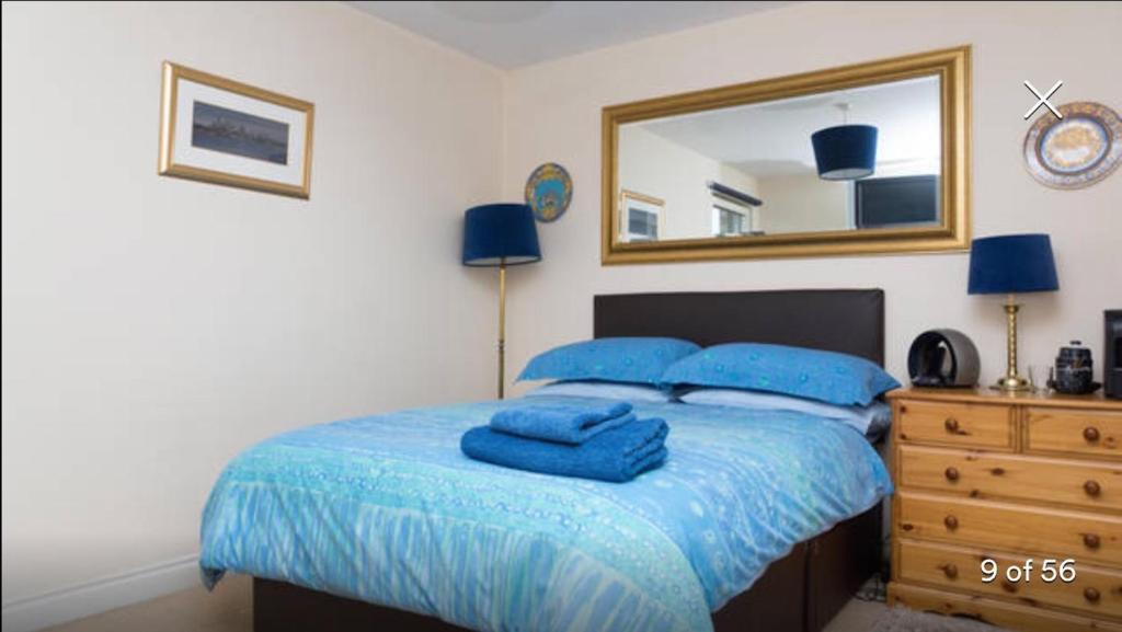 A bed or beds in a room at Minerva Way Finnieston
