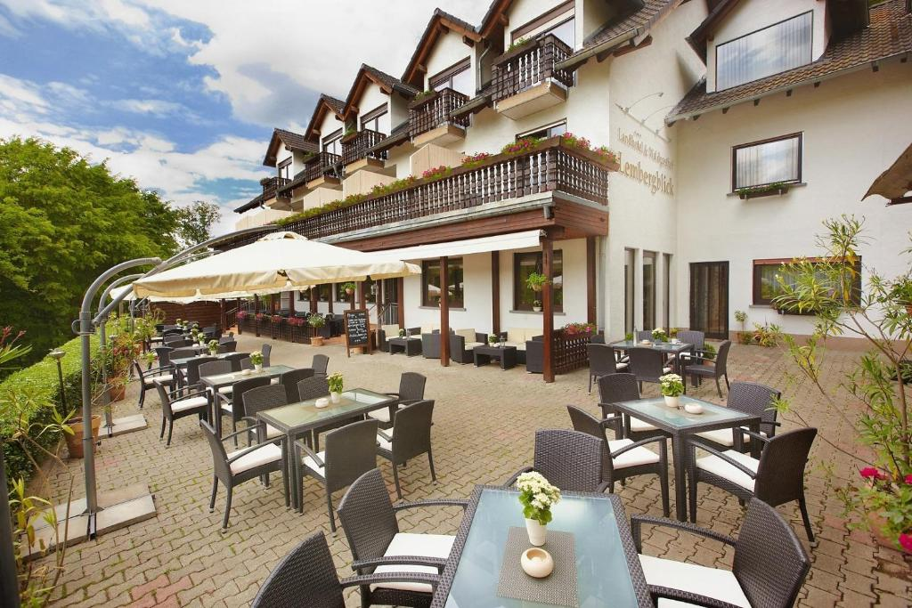 Ein Restaurant oder anderes Speiselokal in der Unterkunft Landhotel Lembergblick