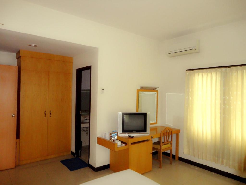 Una televisión o centro de entretenimiento en Hotel Wisata