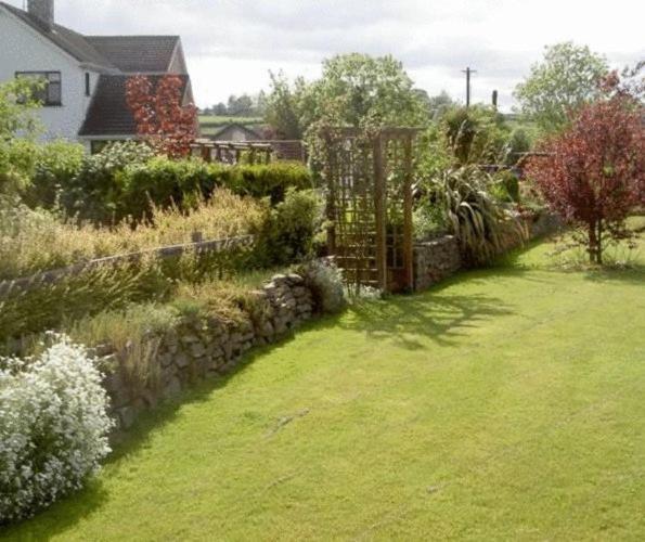 A garden outside Aard Oakleigh