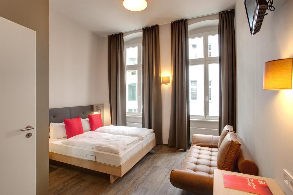 Een bed of bedden in een kamer bij MEININGER Hotel Berlin Mitte