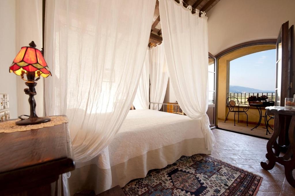 A bed or beds in a room at Ripa Relais Colle Del Sole