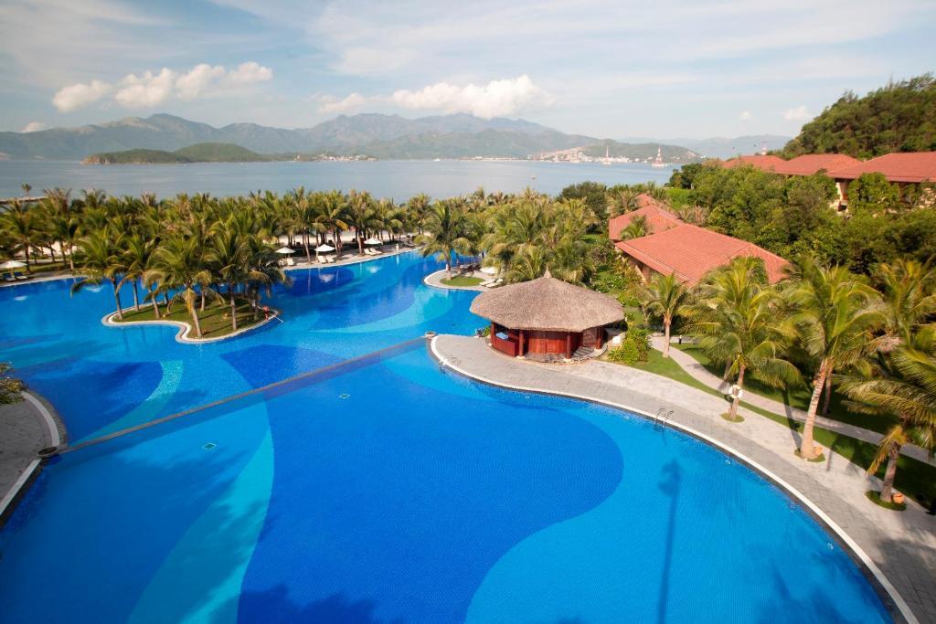 Tầm nhìn ra hồ bơi gần/tại Vinpearl Luxury Nha Trang