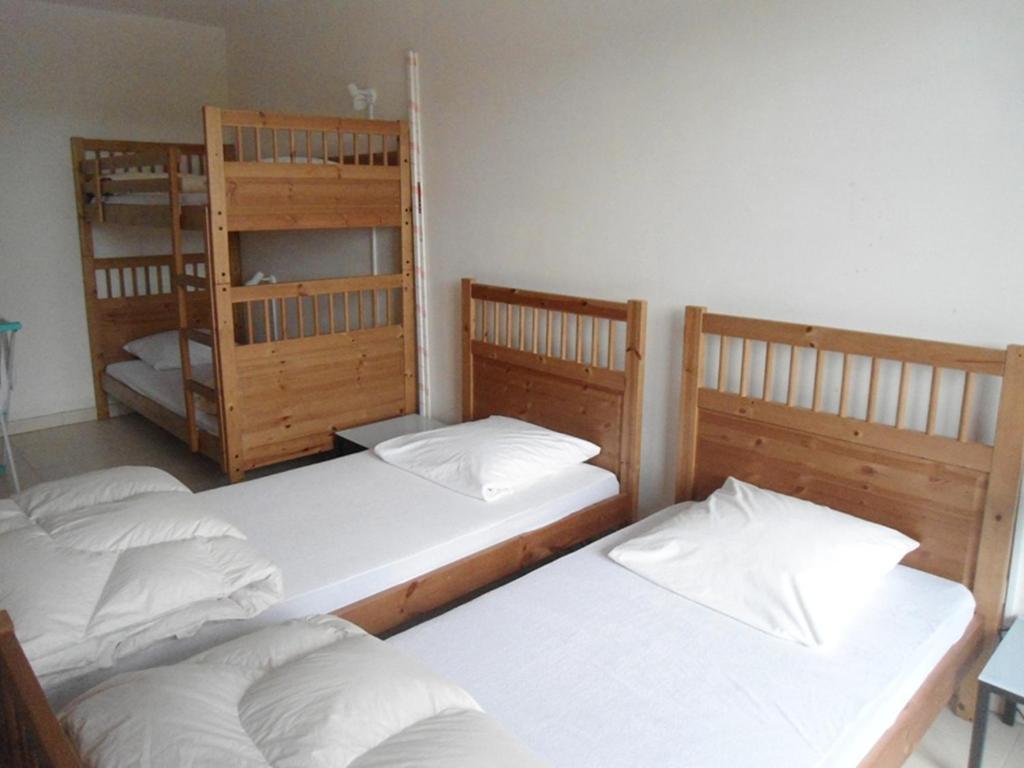 Een bed of bedden in een kamer bij Apartment Astridlaan 40