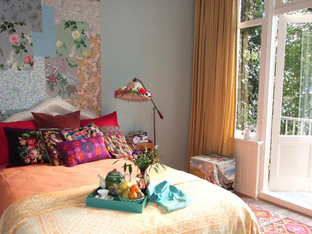 Een bed of bedden in een kamer bij Colourful Bed And Breakfast