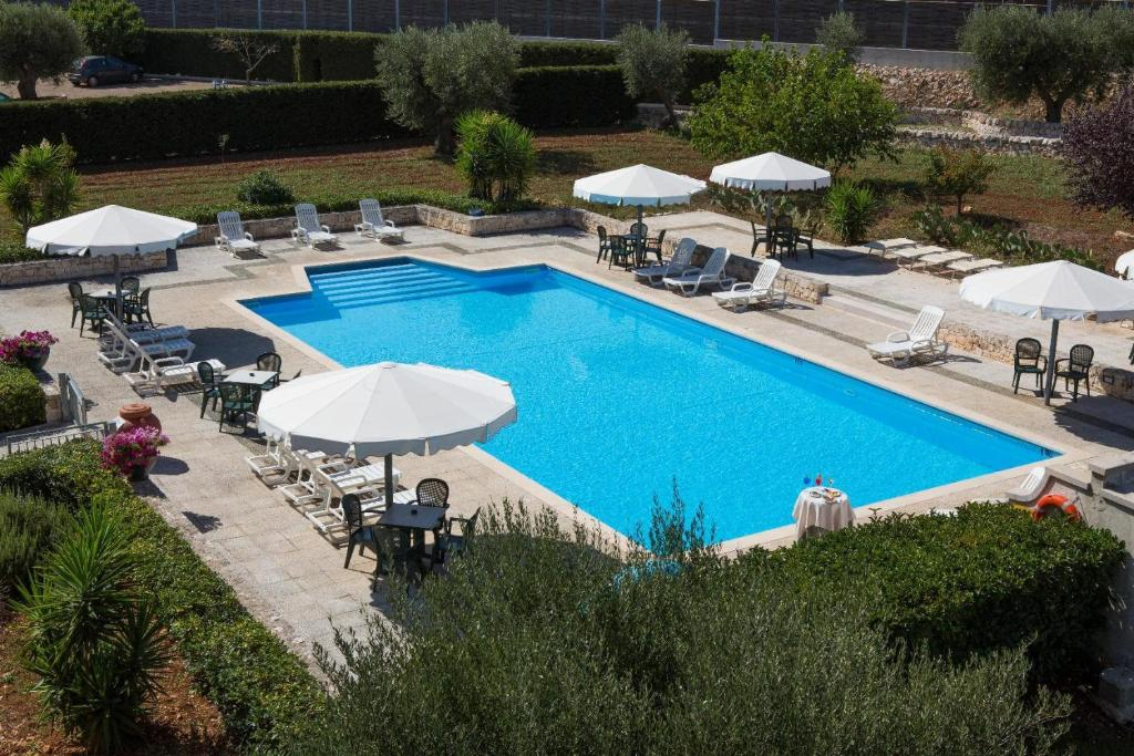 A view of the pool at Hotel Ramapendula or nearby