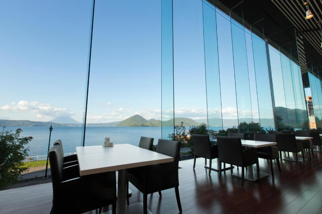 A restaurant or other place to eat at The Lake View Toya Nonokaze Resort