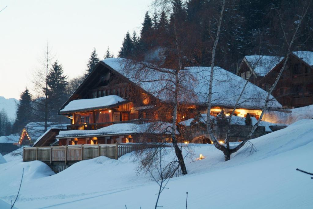 Hôtel Les Chalets de la Serraz during the winter
