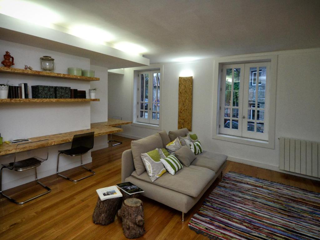 A seating area at GuimaraesLiving - Hostel & Adventure