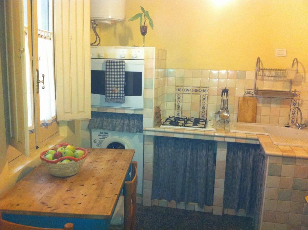A kitchen or kitchenette at Appartamento Cagliari Centro