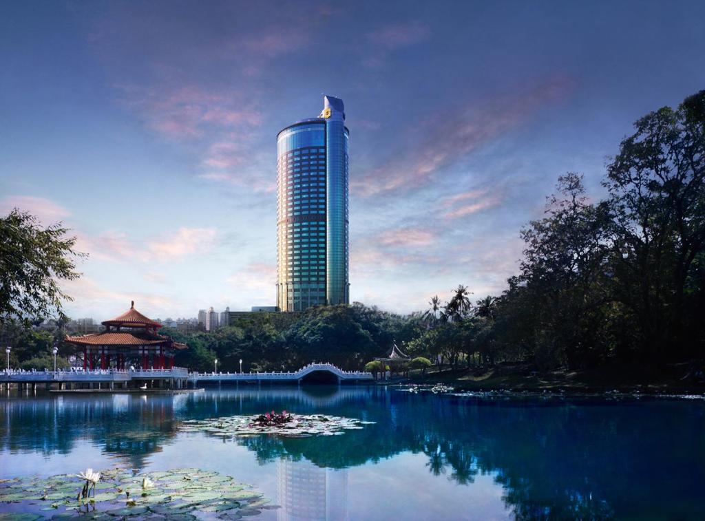 The swimming pool at or near Shangri-La's Far Eastern Plaza Hotel, Tainan
