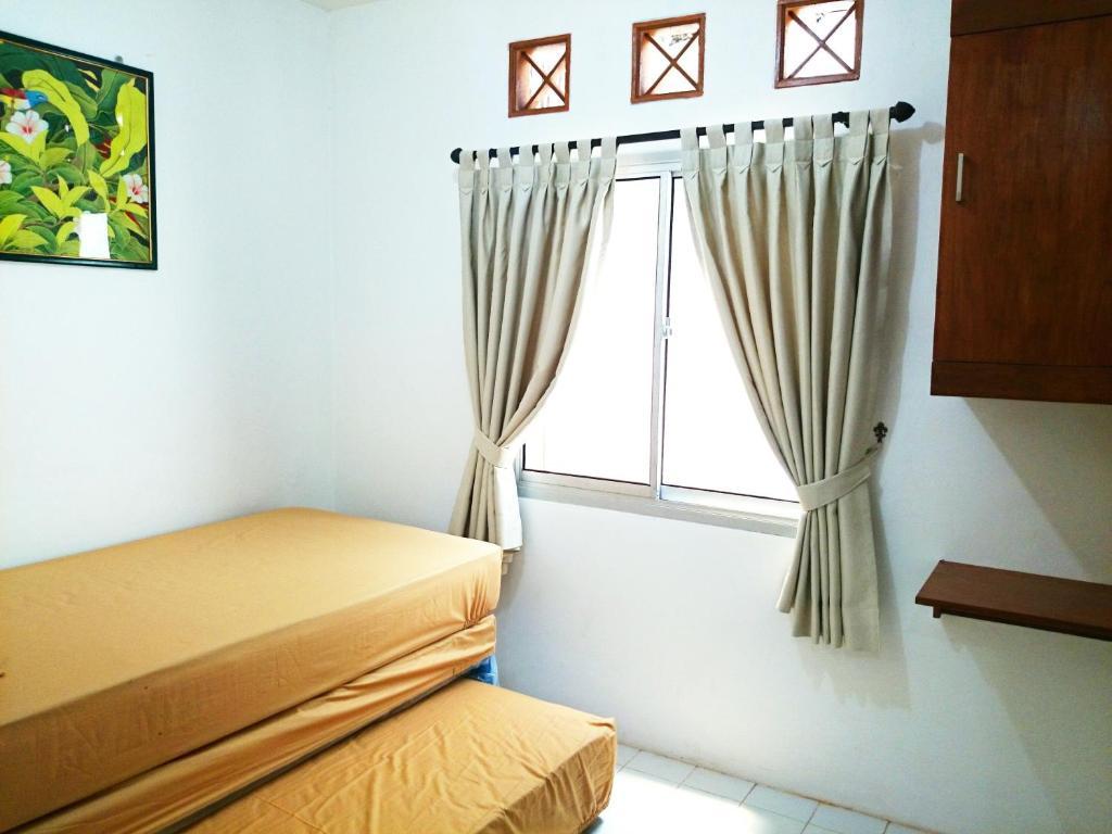 Tempat tidur dalam kamar di Hostel Bogor