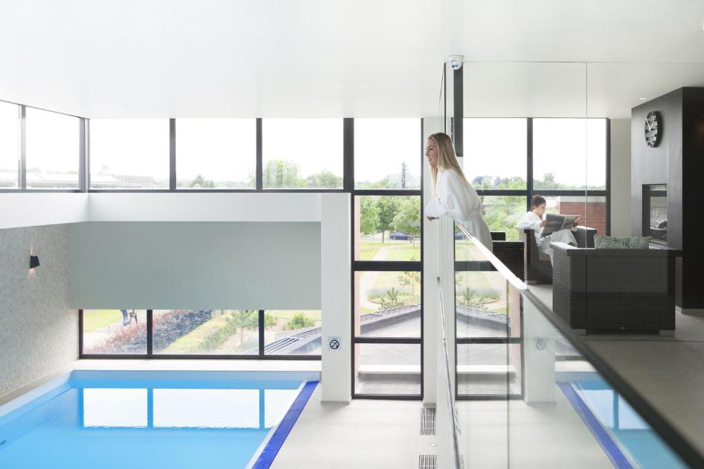 Uitzicht op het zwembad bij Hotel Van der Valk Maastricht of in de buurt