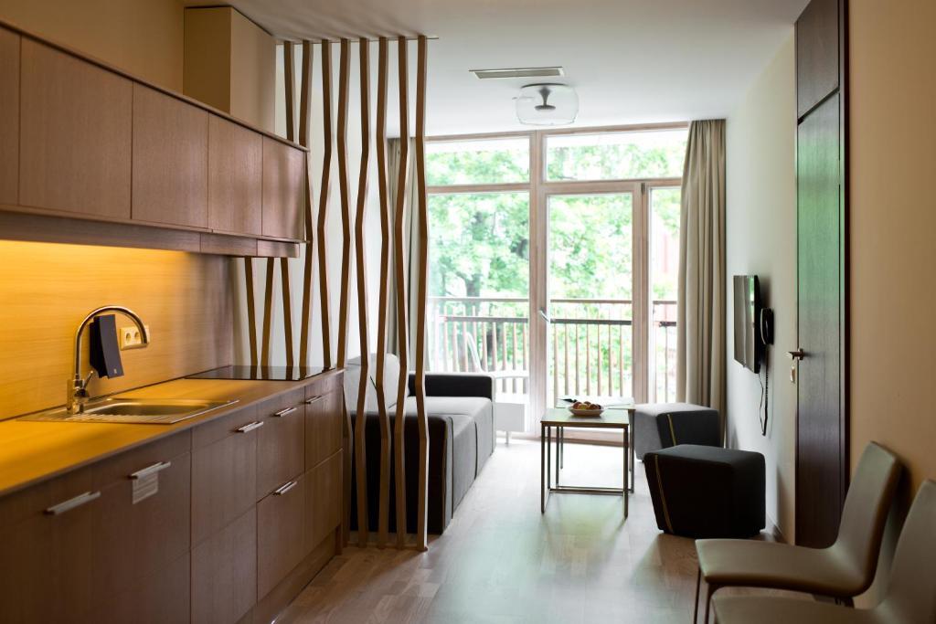 Virtuvė arba virtuvėlė apgyvendinimo įstaigoje Amberton Green Apartments Palanga