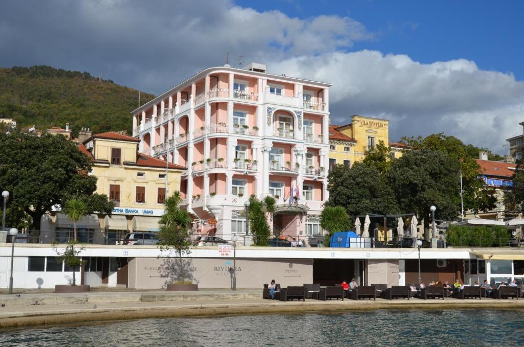 Zgradba, v kateri se nahaja hotel