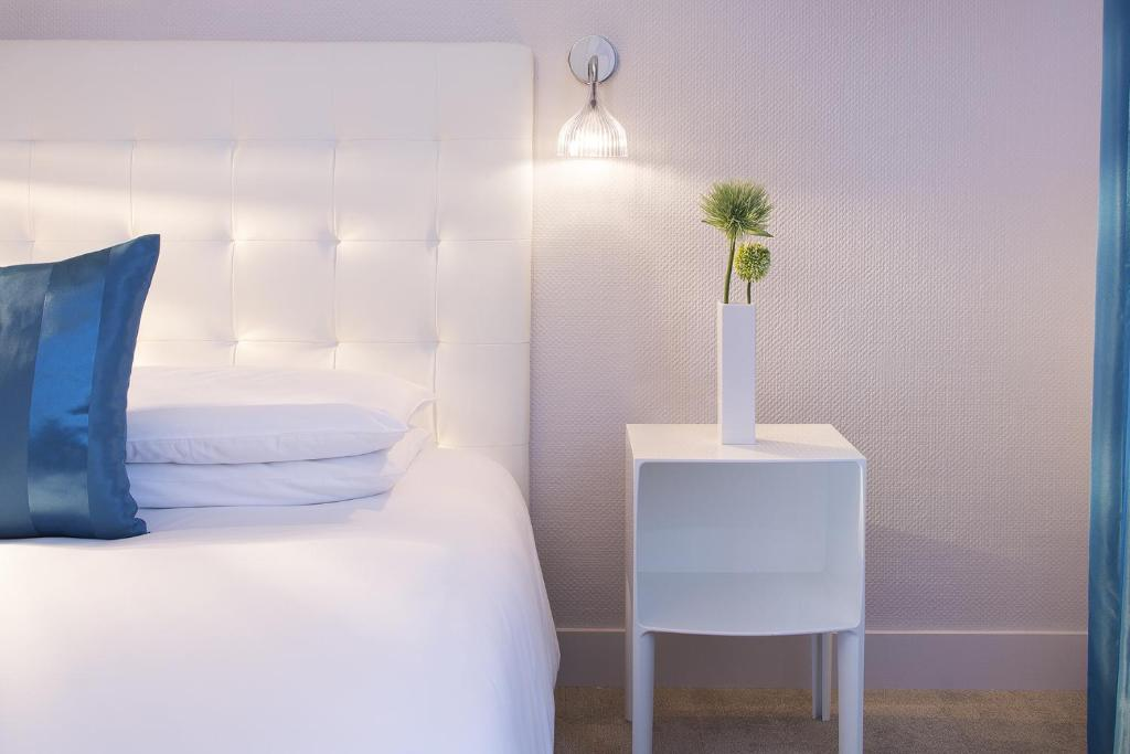 A bed or beds in a room at Hôtel Escale Oceania Lorient
