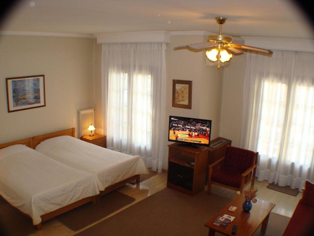 سرير أو أسرّة في غرفة في Idiston Rooms & Suites