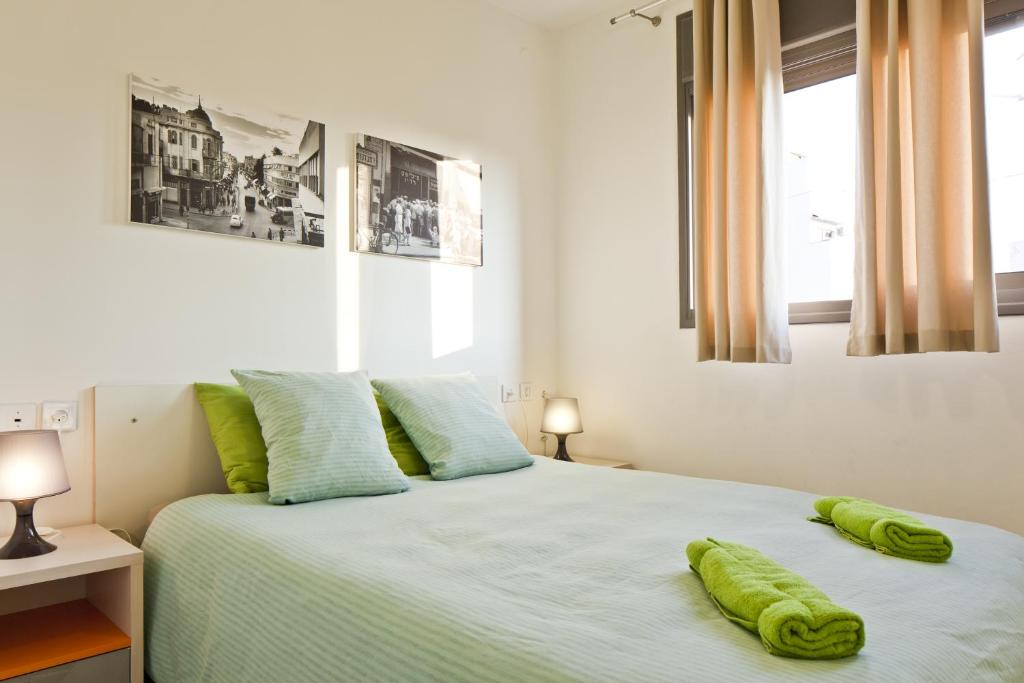 A bed or beds in a room at elPilar Florentin Apartment