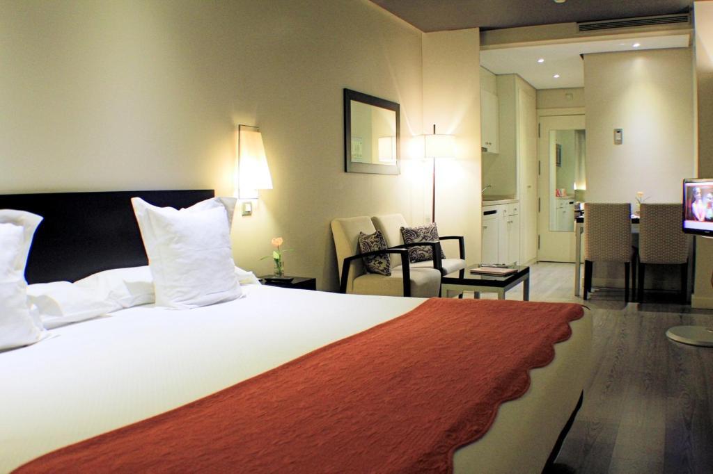 A bed or beds in a room at Suites Viena Plaza de España