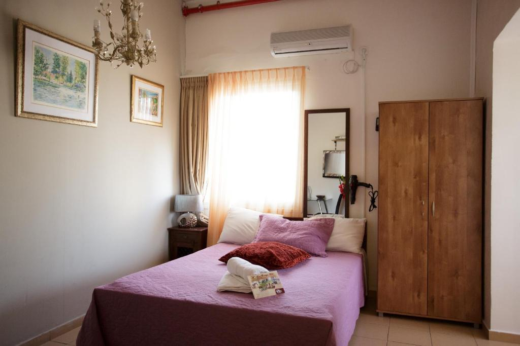 מיטה או מיטות בחדר ב-מלון לואי חיפה