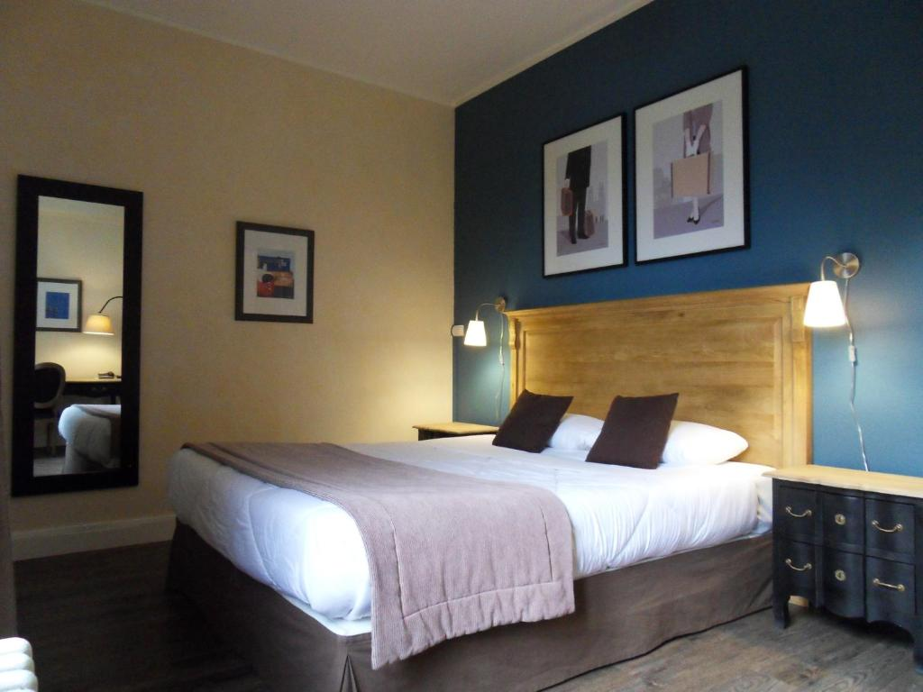 A bed or beds in a room at Hotel Des Cedres
