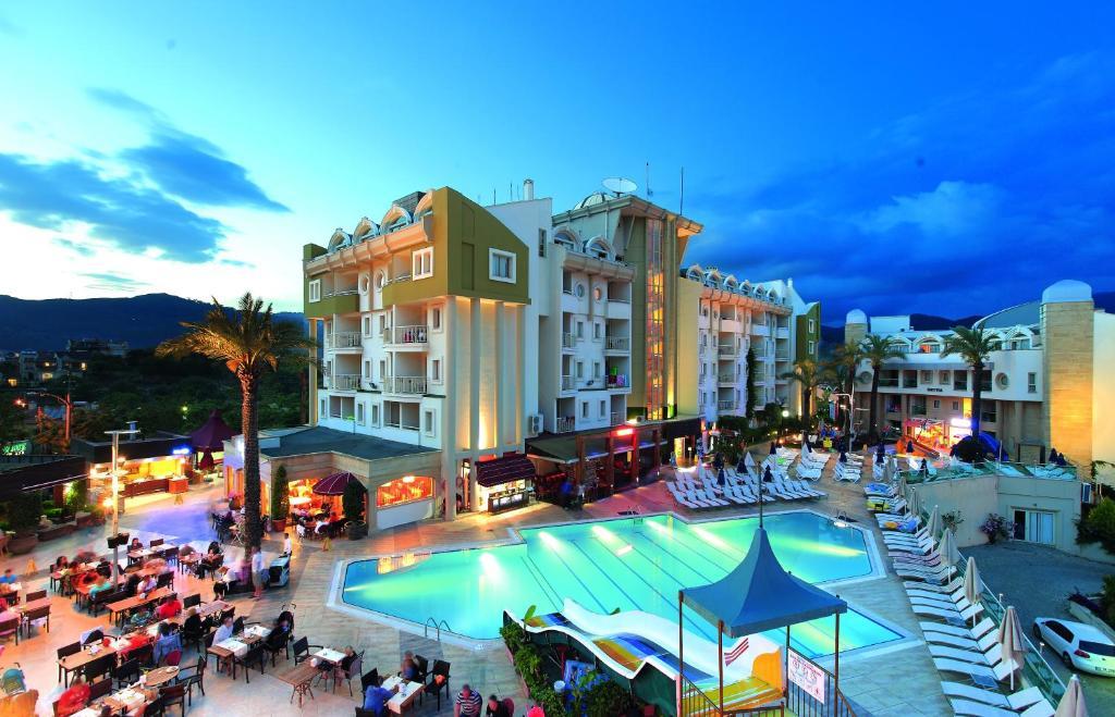 Uitzicht op het zwembad bij Grand Cettia Hotel of in de buurt