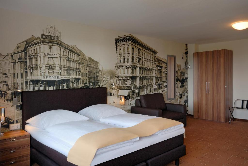 A bed or beds in a room at Mercure Berlin Alexanderplatz