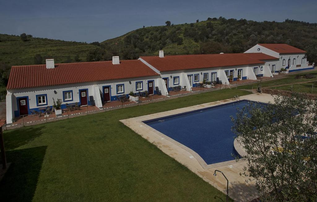 A view of the pool at Quinta Do Chocalhinho or nearby