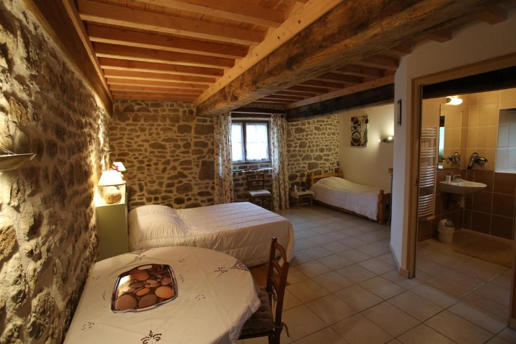 A bed or beds in a room at Ferme Cidricole Hugues Desfrièches