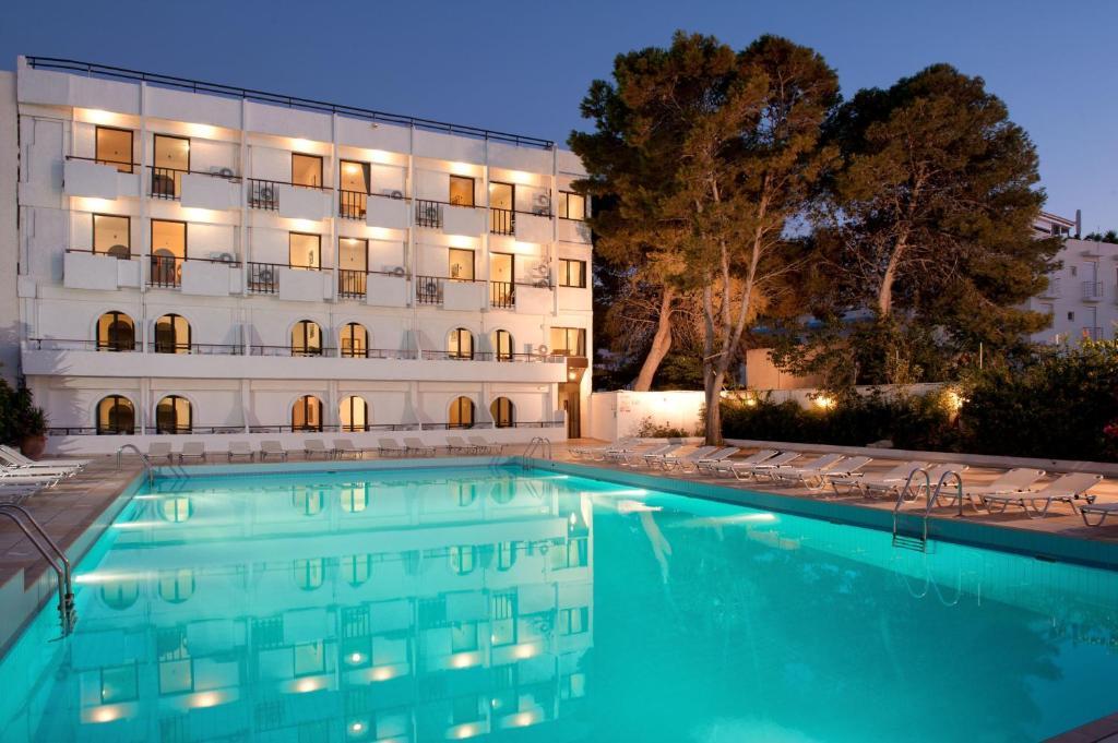 Piscina de la sau aproape de Heronissos Hotel
