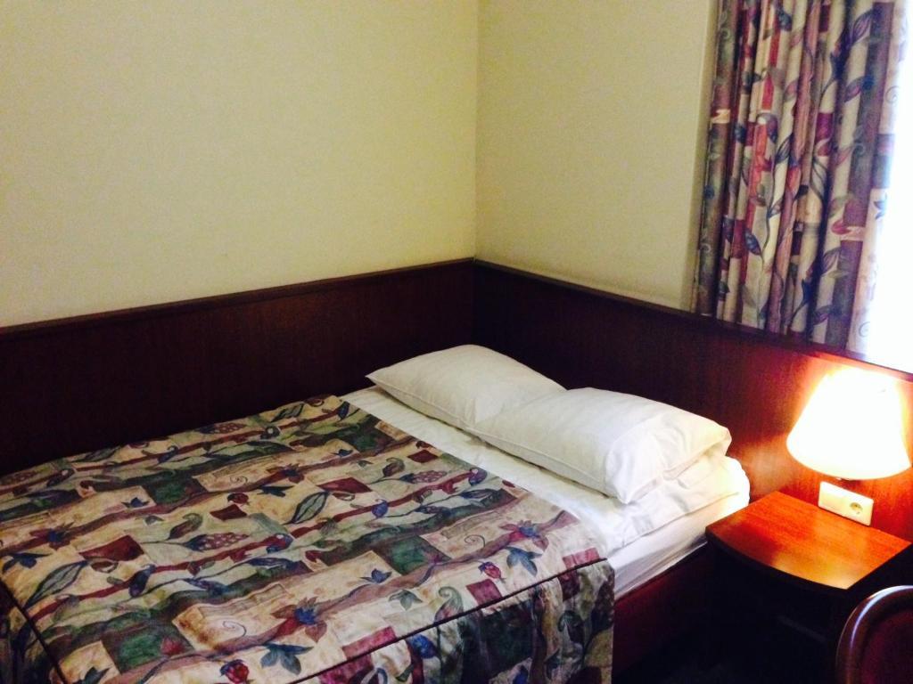 Een bed of bedden in een kamer bij Hotel Pax