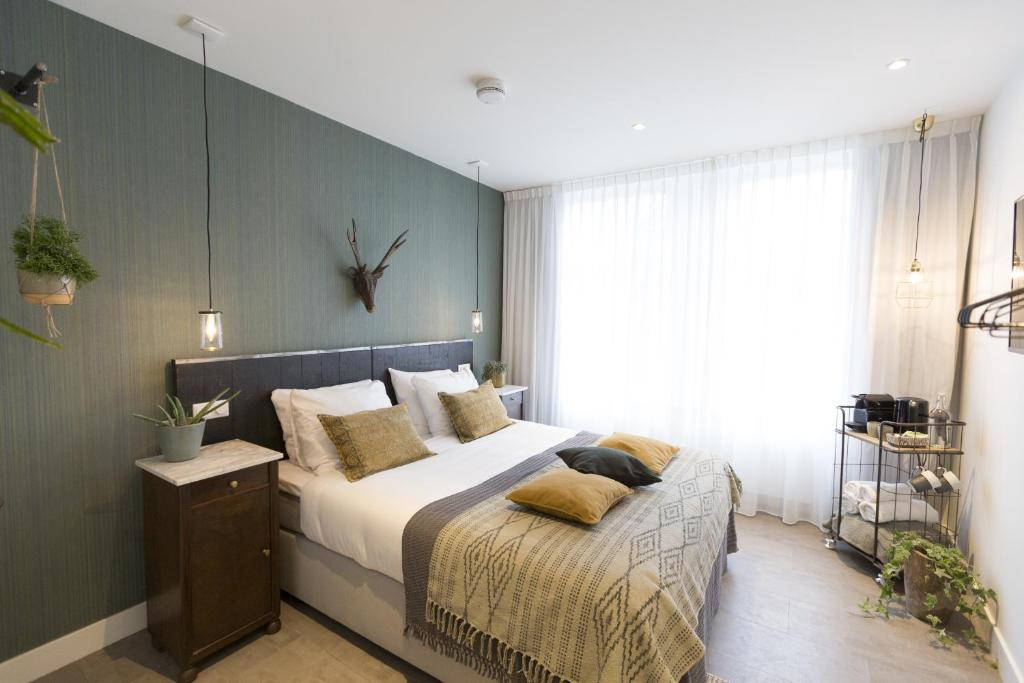 A bed or beds in a room at Keizersgracht Apartments