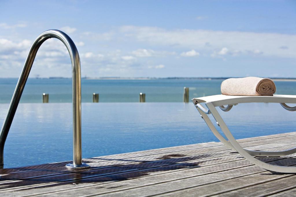 Der Swimmingpool an oder in der Nähe von Hôtel & Spa Cordouan by Thalazur