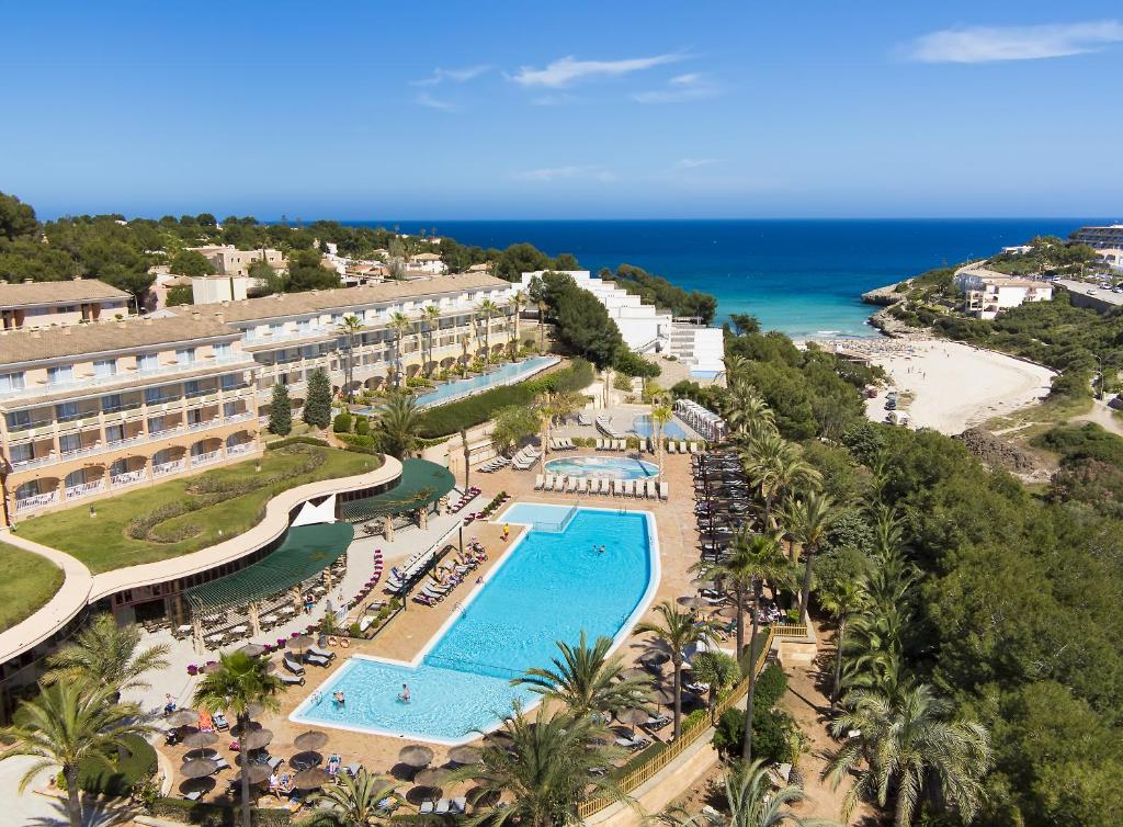 Een luchtfoto van Insotel Cala Mandia Resort