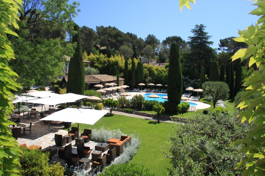 A view of the pool at Hôtel De Mougins or nearby