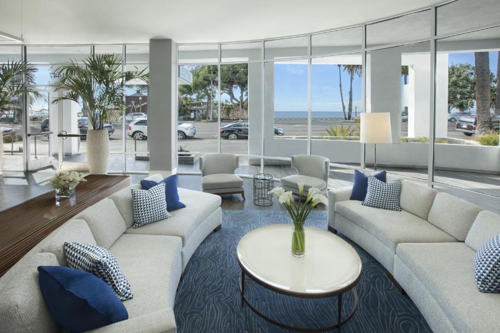 Ein Sitzbereich in der Unterkunft Ocean View Hotel