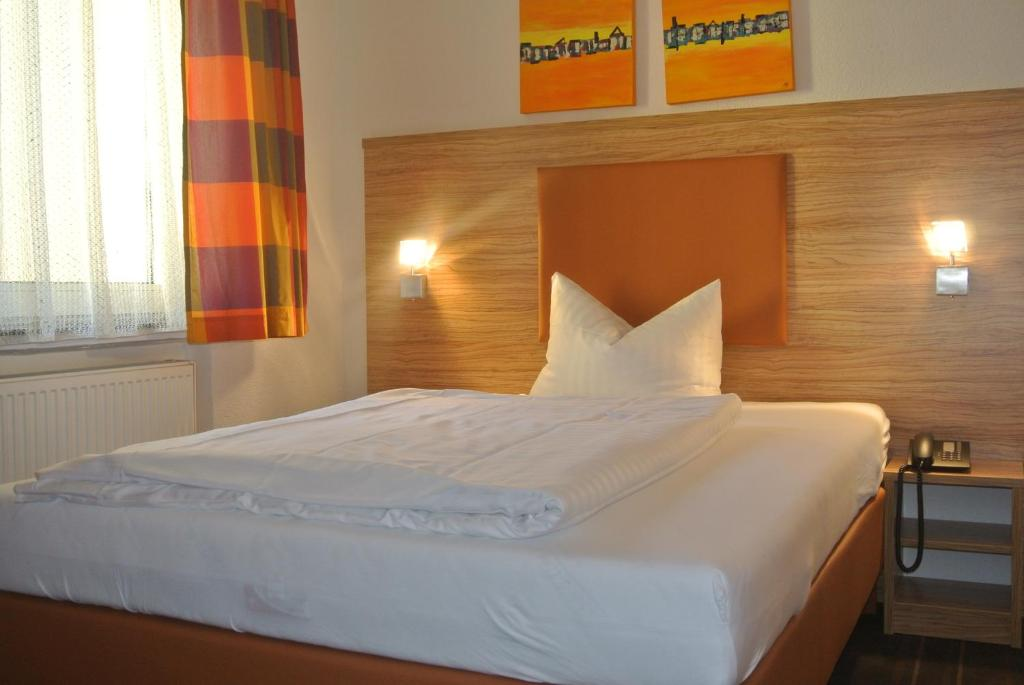 A bed or beds in a room at Hotel Art-Ambiente