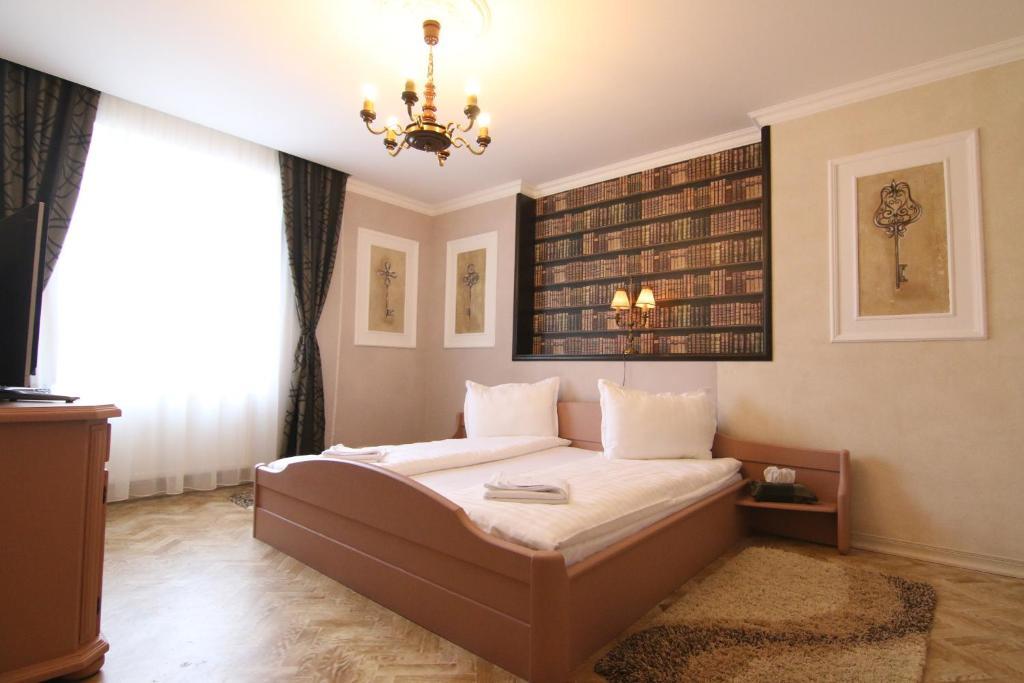 Un pat sau paturi într-o cameră la Vila Sibiu