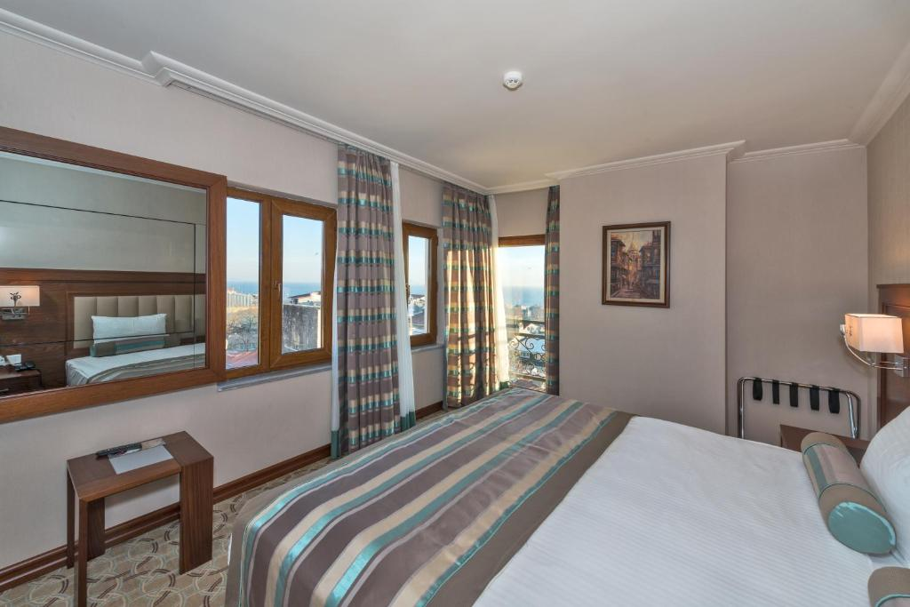 Кровать или кровати в номере Bekdas Hotel Deluxe & Spa