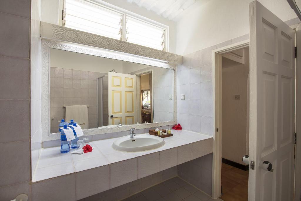 A bathroom at Sandies Tropical Village
