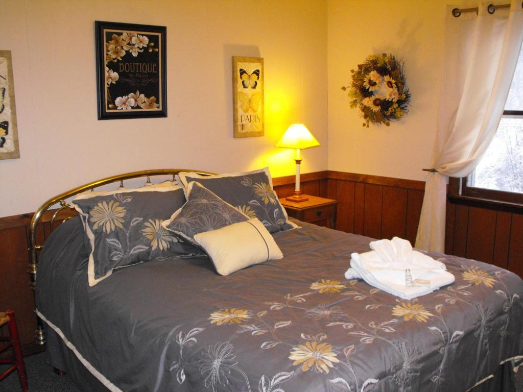 A bed or beds in a room at Swiss Farm Inn