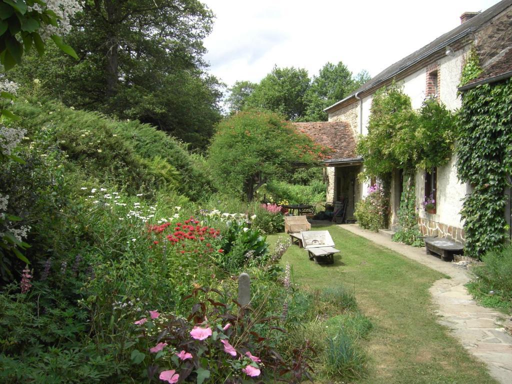 A garden outside Chambres d'hôtes Le Moulin de Barre