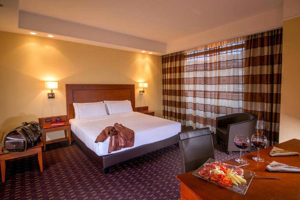 Un pat sau paturi într-o cameră la Hotel Capannelle Roma